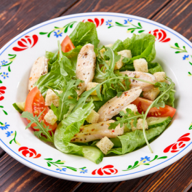 Салат с куриным филе и гренками