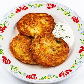 Картофельные оладьи с курицей и овощами