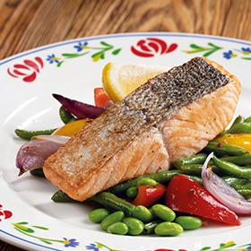 Стейк из лосося с жареными овощами