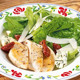 Салат с тёплой курицей, сыром Дор Блю и вялеными томатами, с медовым соусом с французской горчицей