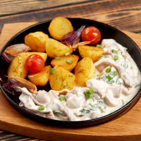 Жареный картофель с лисичками и вешенками в сметанном соусе