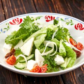Салат с Адыгейским сыром и вялеными томатами с бальзамической заправкой